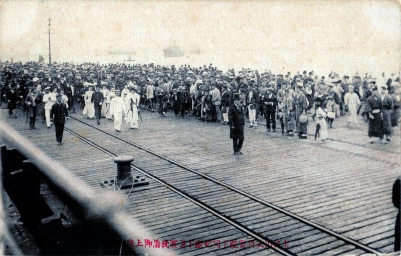 第923話【横浜絵葉書】鉄桟橋の群衆2